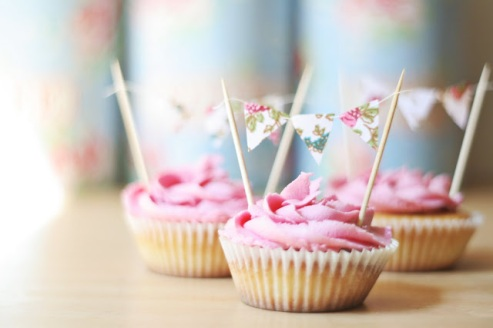 love bunting, love cakes, LOVE BUNTING CUPCAKES! from Gingerlillytea at blogspot